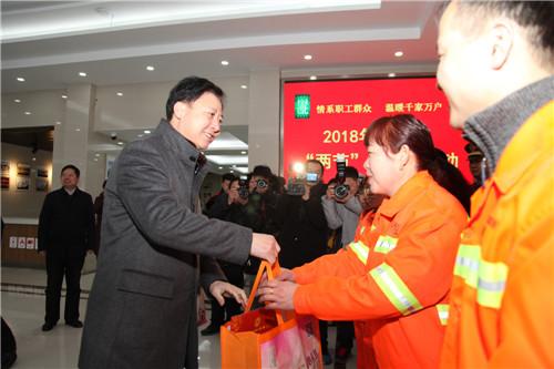 黄晓武带队开展春节职工慰问活动