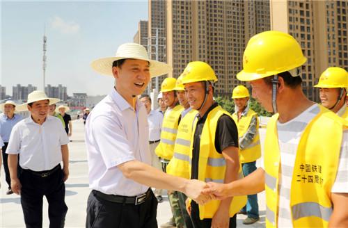 黄晓武慰问执勤交警和一线建设工人