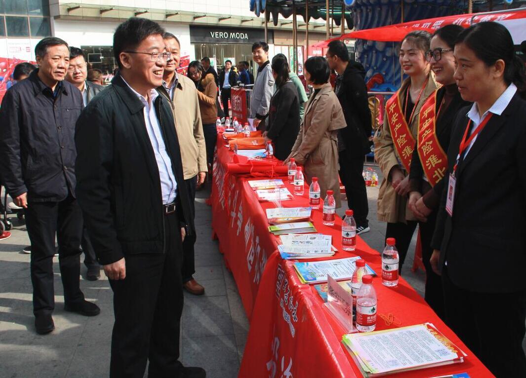 淮北保险业参加全市金融机构反非法集资户外宣传活动