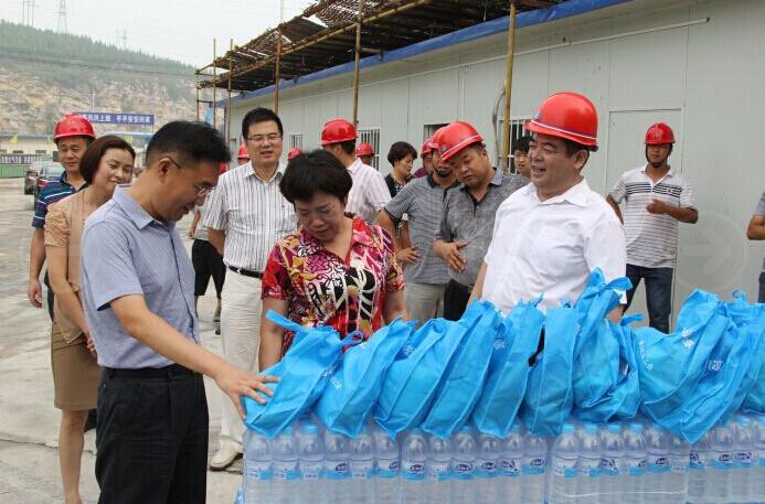 2015年8月12日相山区领导一行慰问恒基安置房农民工
