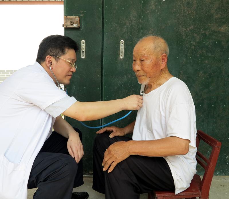 冯志强为老复退军人检查身体