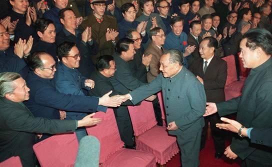 1986年12月2日,邓小平会见出席全国统战工作会议的同志