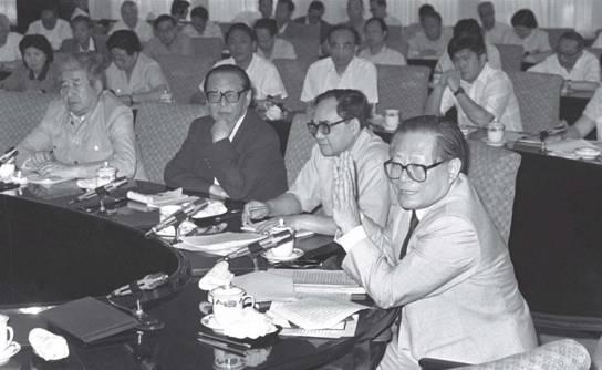 1990年6月14 日,江泽民和出席全国统战工作会议的代表座谈