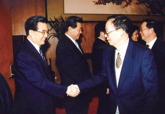 2004年1月17日,在中共中央举行的党外人士迎春座谈会上,胡锦涛与中国计算机汉字激光照排技术创始人,中国人民政治协商会议第十届全国委员会副主席,九三学社中央副主席王选亲切握手。