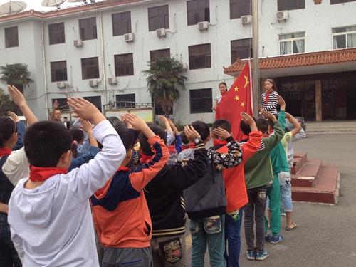 留守儿童开展 向国旗敬礼 活动