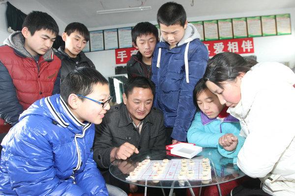 五沟镇组织志愿者关爱留守儿童