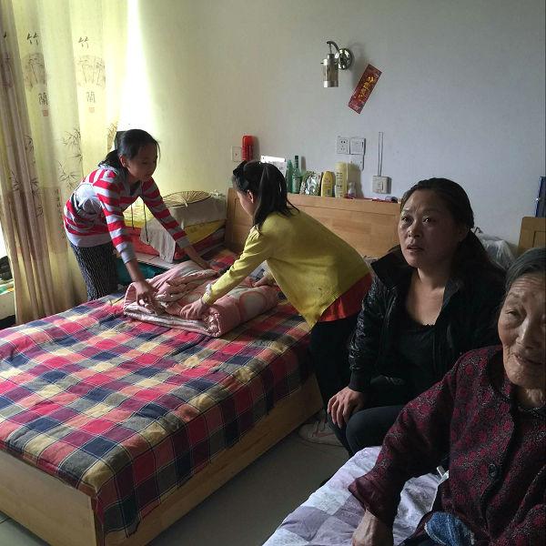 刘桥镇开展留守儿童关爱孤寡老人活动