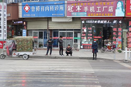 县妇联巾帼志愿者开展文明交通志愿服务活动