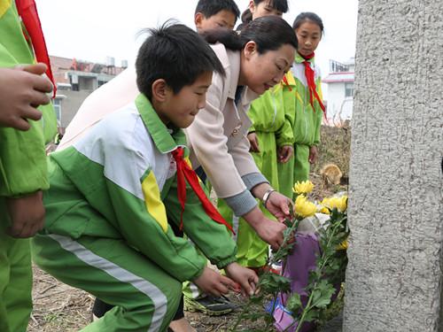 濉溪县妇联组织留守儿童祭扫革命烈士墓活动