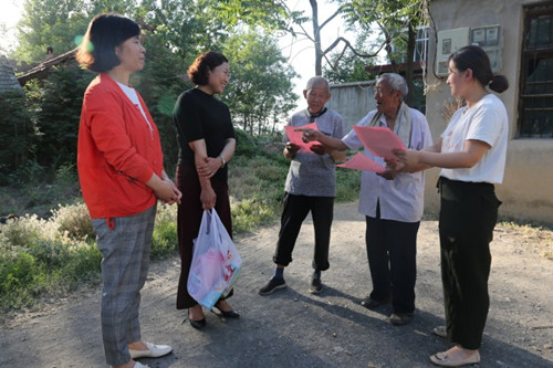 县妇联午季走访结对帮扶贫困户